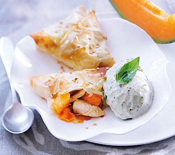 Croustillant de poulet et melon chaud et sacrème glacée au basilic