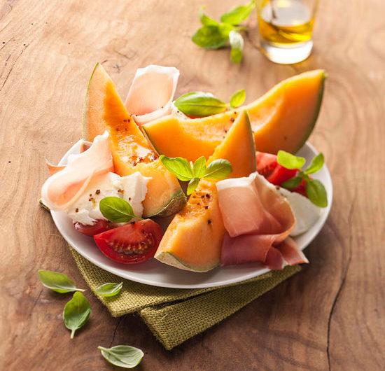 Assiette de melon, tomate-mozza, jambon et basilic