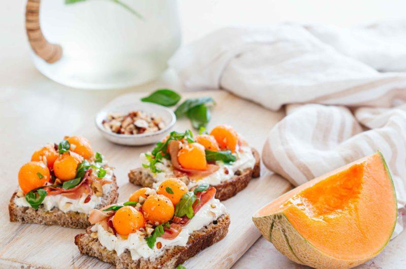 Tartine melon, burrata, jambon cru & noisettes concassées